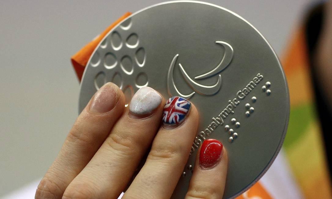Atleta britânica exibe a sua medalha Foto: Pablo Jacob / Agência O Globo