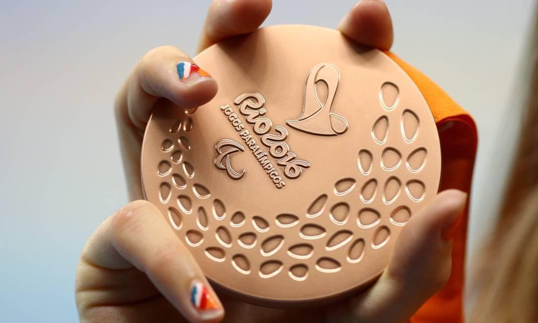 Detalhe das unhas de atleta, que exibe a sua medalha Foto: Pablo Jacob / Agência O Globo