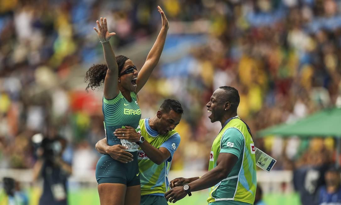 Silvania Costa de Oliveira, medalhista de ouro no salto em distância, comemora Guilherme Leporace / Agência O Globo
