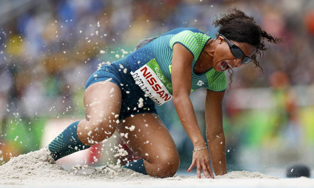 A brasileira Silvania Costa de Oliveira durante o salto em distância (T11), em que conquistou a medalha de ouro JASON CAIRNDUFF / REUTERS