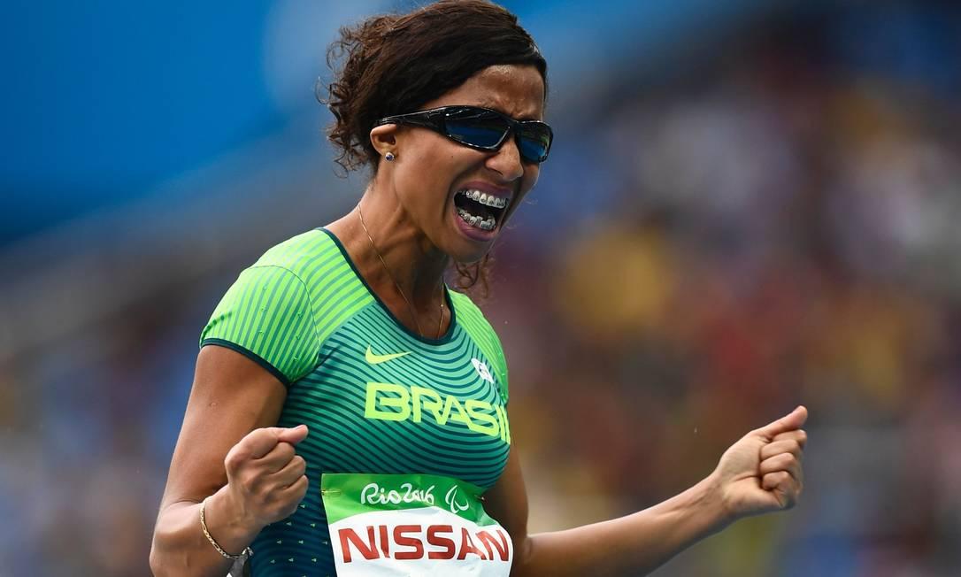 Comemoração de Silvania Costa de Oliveira, durante o salto em distância, na Paralimpíada CHRISTOPHE SIMON / AFP