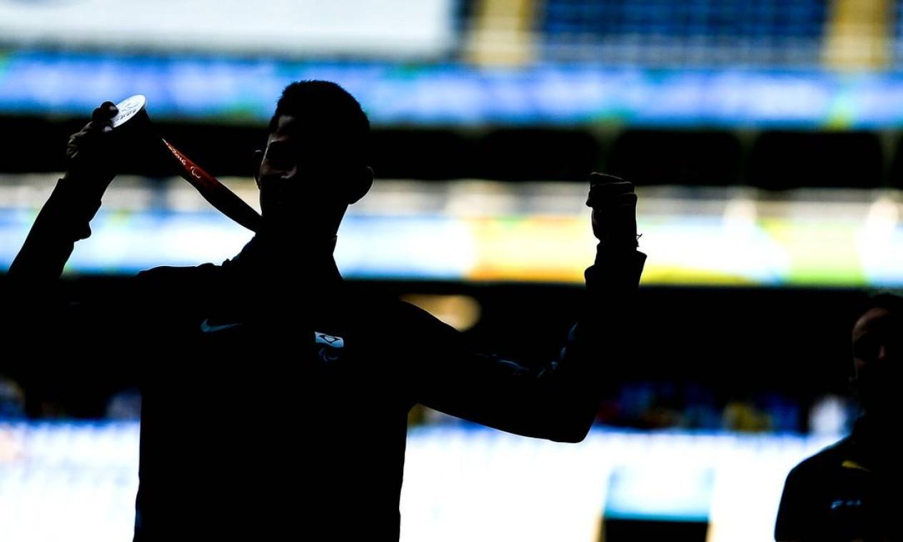 Fabio Bordignon exibe a medalha de bronze conquistada nos 200m (T35) Foto: Guilherme Leporace / Agência O Globo