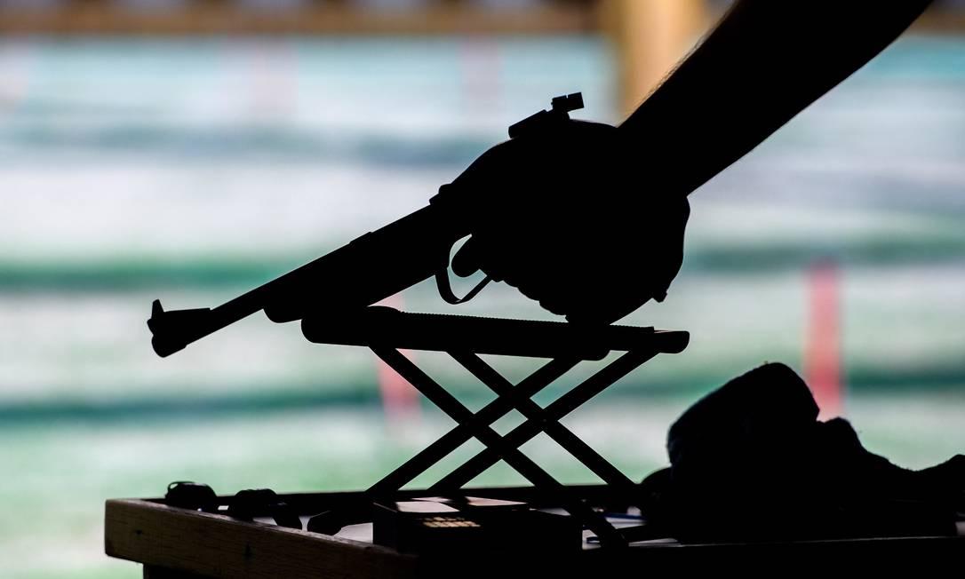 Silhueta da pistola de um atleta do tiro, durante competição paralímpica, nesta quarta-feira Simon Bruty for OIS / Agência O Globo