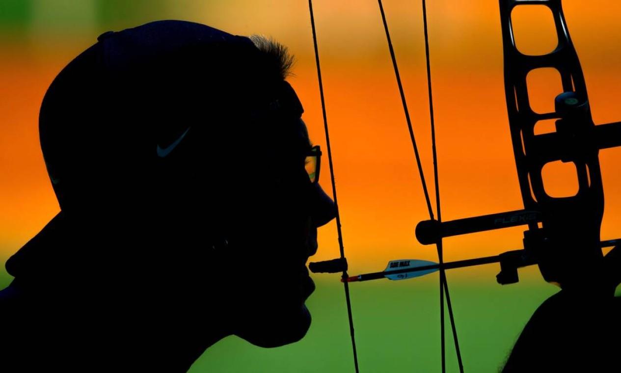 O americano Jeff Fabry treina antes da semifinal do tiro do tiro com arco paralímpico Foto: SIMON BRUTY FOR OIS / AFP
