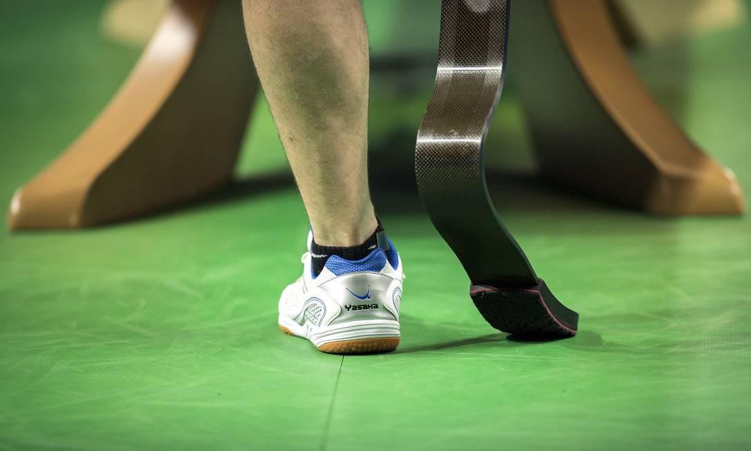 Prótese de atleta do tênis de mesa Foto: Hermes de Paula / Agencia O Glob / Agência O Globo