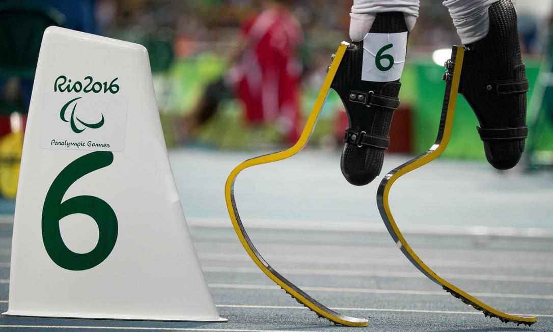 O americano Aj Digby se prepara para correr os 400m (T44) SIMON BRUTY FOR OIS / AFP
