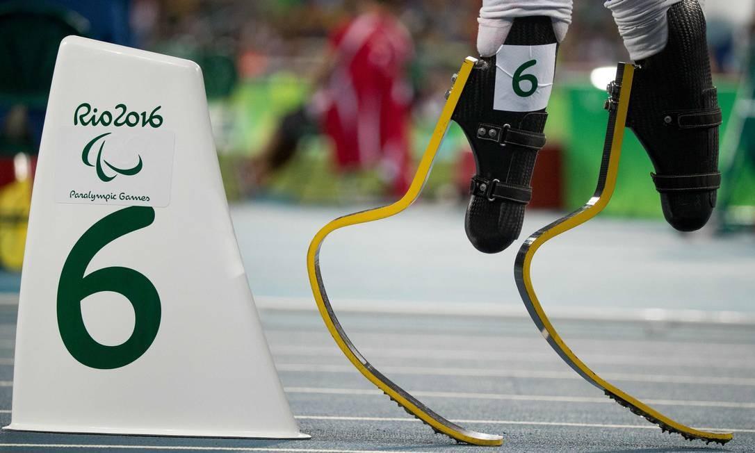 O americano Aj Digby se prepara para correr os 400m (T44) Foto: SIMON BRUTY FOR OIS / AFP