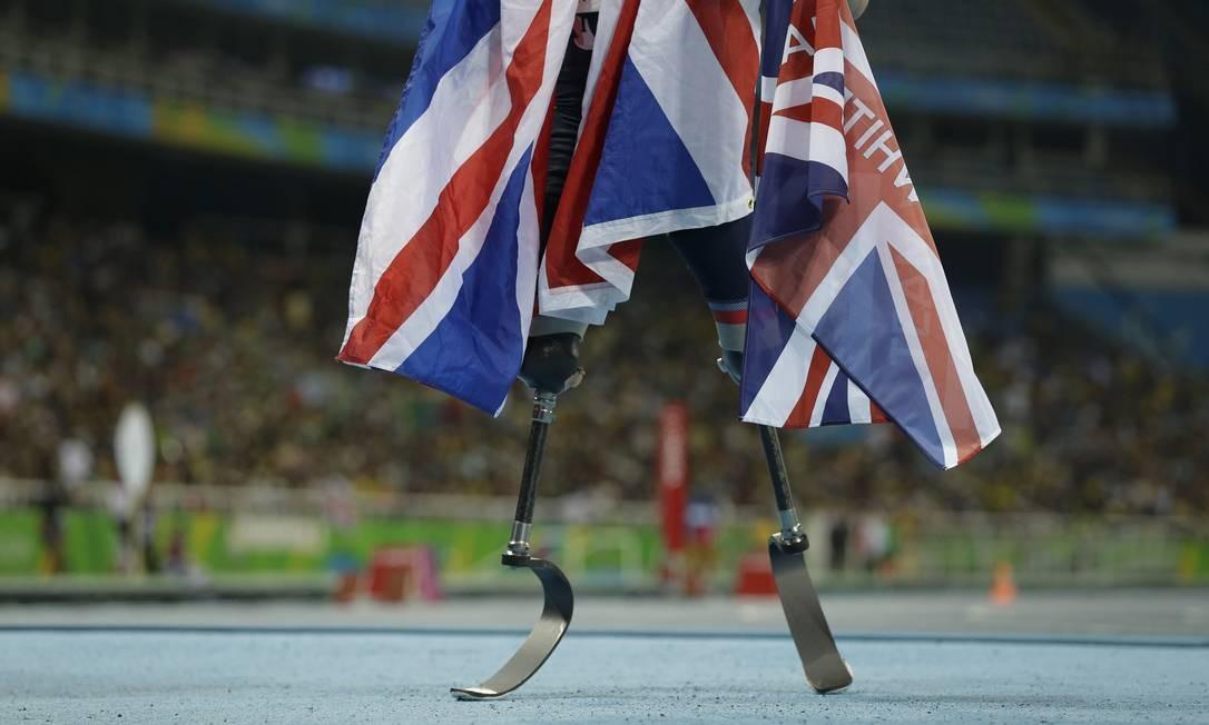 O britânico RIchard Whitehead comemora ao vencer a medalha de ouro nos 200m (T42) do atletismo Leo Correa / AP