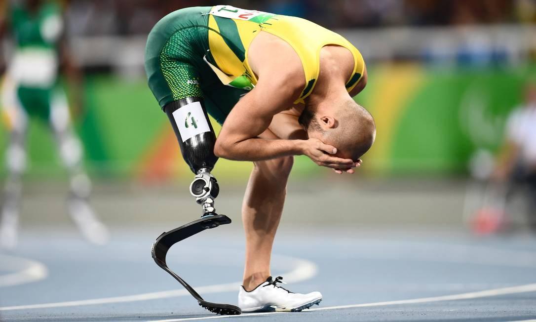 O australiano Scott Reardon se emociona após vencer os 100m CHRISTOPHE SIMON / AFP