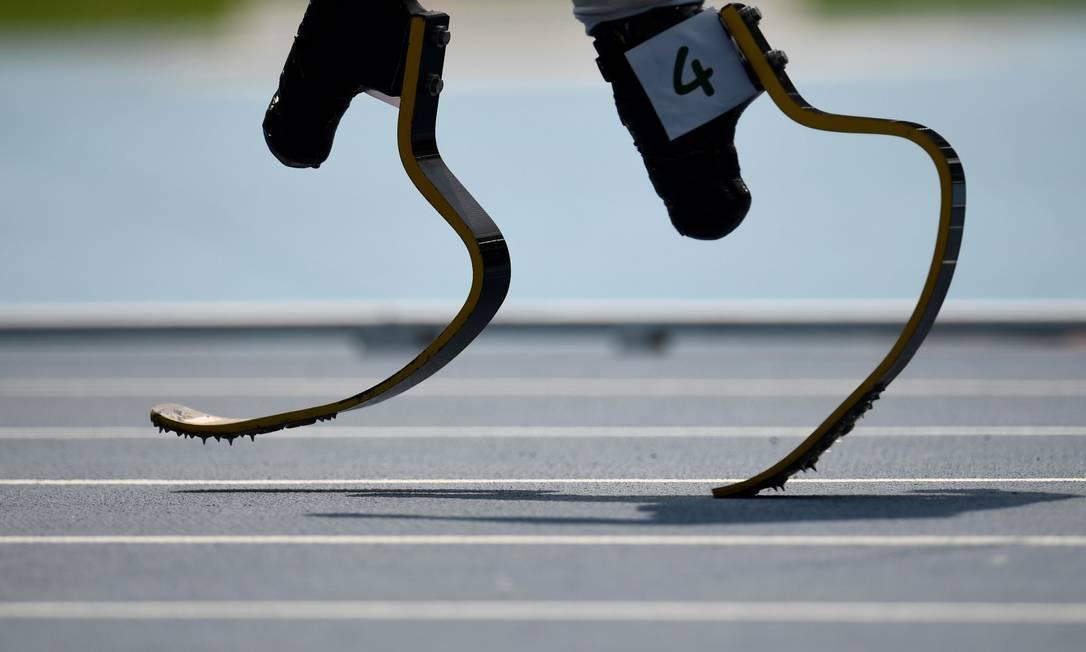 As próteses de Liam Malone, durante os 400m do atletismo CHRISTOPHE SIMON / AFP