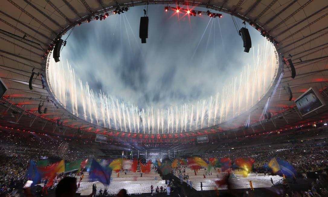 Fotos iluminam o Maracanã na cerimônia de encerramento da Paralimpíada Foto: Agência O Globo