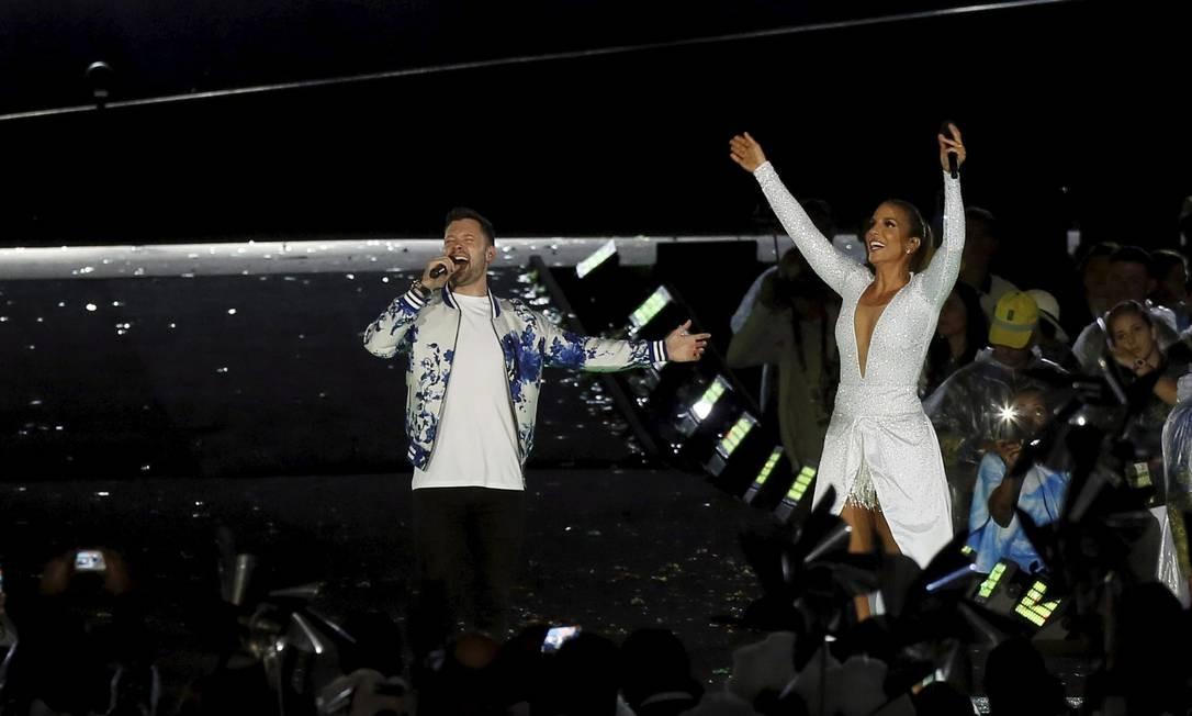 Num dos momentos mais alegres da noite, Ivete Sangalo e o britânico Calum Scott dividiram o palco para cantar o hino paralímpico Foto: Pablo Jacob / Agência O Globo