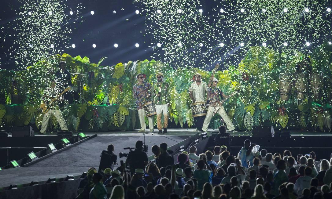 Nação Zumbi foi uma das primeiras atrações a se apresentar; banda homenageou a fauna e a flora brasileiras Hermes de Paula / Agência O Globo