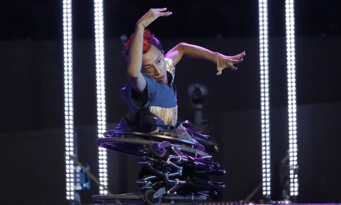 Dançarino japonês se apresenta na cerimônia, no segmento que antecipa os Jogos no Japão, em 2020 Leo Correa / AP