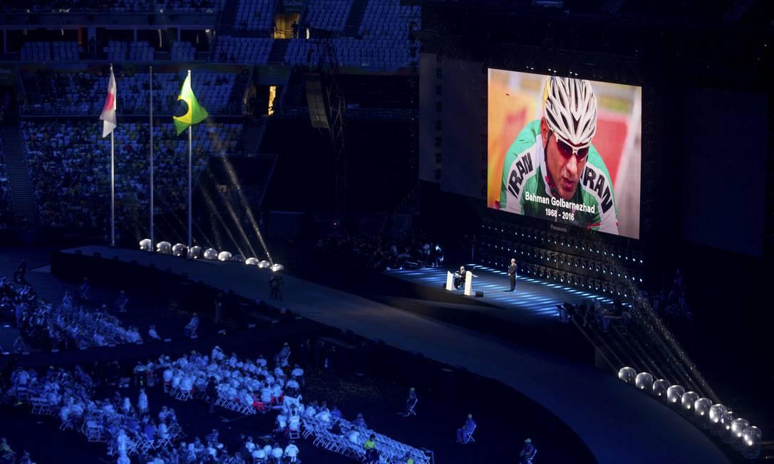 Atletas fazem um minuto de silêncio em homenagem ao ciclista iraniano Bahman Golbarnezhad, que morreu neste sábado, durante uma prova da Paralimpíada Mauro Pimentel / AP