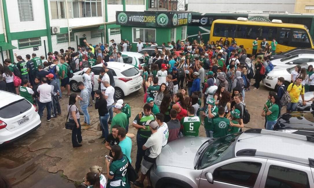 Torcedores chegam à sede da Chapecoense Luiz Barp / Luiz Barp
