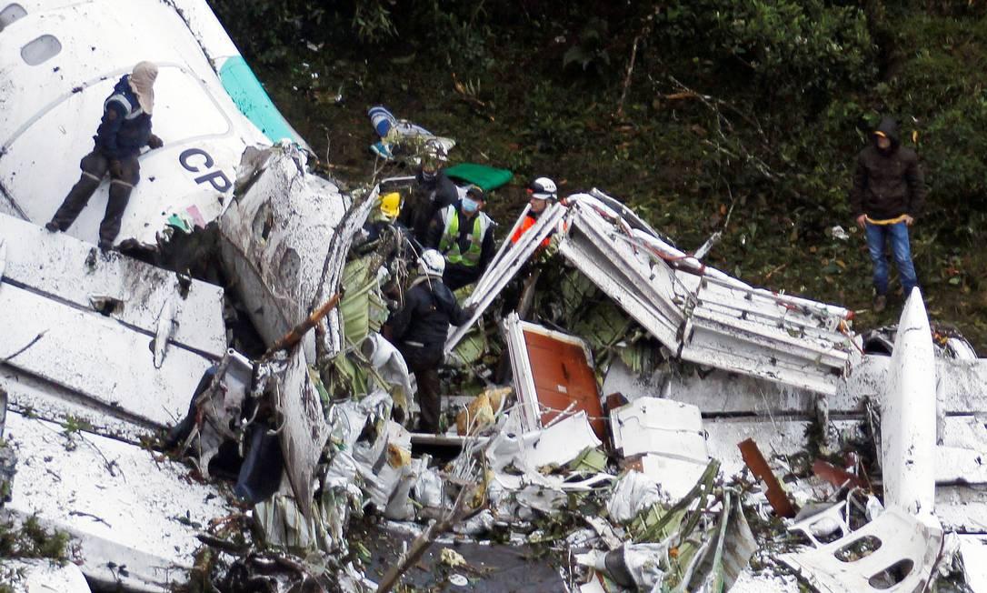 Equipe de resgate trabalha nos destroços do avião da Chapecoense FREDY BUILES / REUTERS