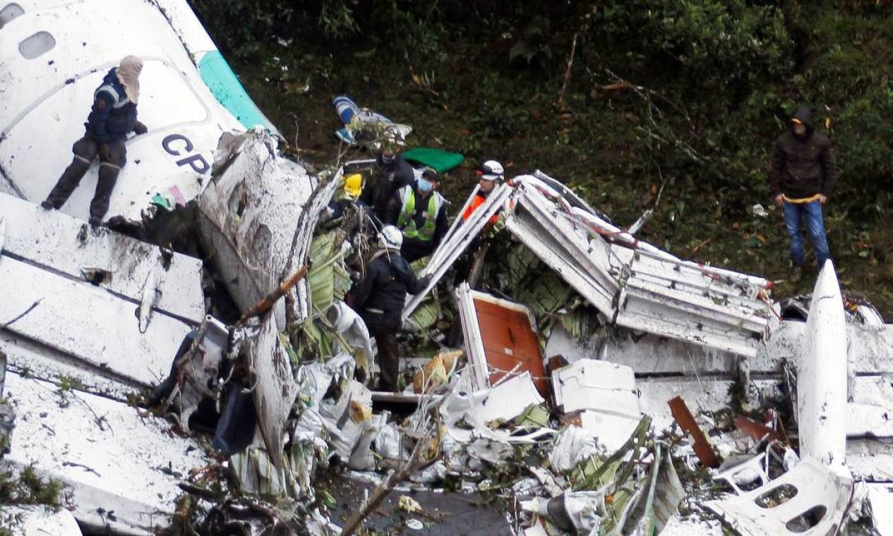 Equipe de resgate trabalha nos destroços do avião da Chapecoense Foto: FREDY BUILES / REUTERS