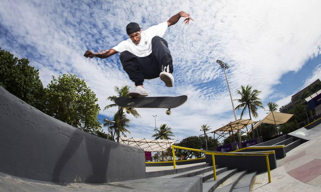 Na Praça do Ó, na Barra da Tijuca, o skatista Anderson Stevie salta por cima de uma arquibancada Guito Moreto / Agência O Globo