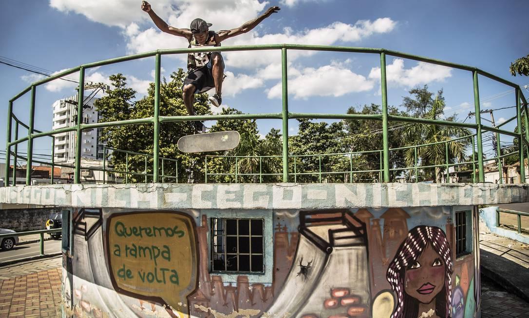 O grafite pede a volta da pista de skate, a única que havia em São Gonçalo, onde Stevie começou a andar, mas que foi destruída em 2012 Guito Moreto / Agência O Globo
