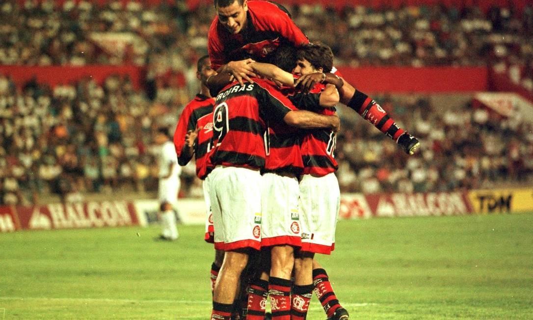 Jogadores do Flamengo comemorando o primeiro gol contra o Real Madrid Foto   Cezar Loureiro   92813ffa32331