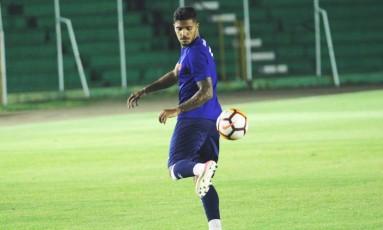 Henrique, que nunca jogou na altitude, domina a bola no treino, em Sucre Foto: Carlos Gregório JR. / Vasco.com.br