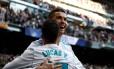 Ronaldo abraça Lucas Vázquez, que o ajudou a marcar o segundo contra o Alavés Foto: Juan Medina / Reuters