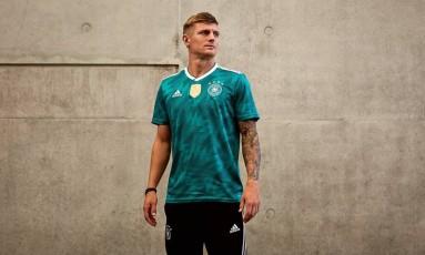 Atual campeã do mundo, a Alemanha de Kroos (foto) vai à Rússia com a volta do verde na camisa reserva, o que não ocorria desde 2012. O modelo é inspirado no utilizado na Copa de 90. Foto: Divulgação/Adidas