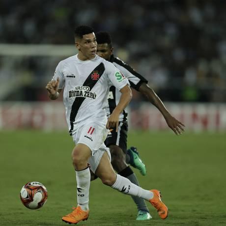 Paulinho conduz a bola na partida contra o Botafogo Foto: Alexandre Cassiano / Agência O Globo