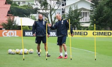 Rogério Maia, ao lado de Taffarel, em treino da seleção Foto: Kin Saito/CBF