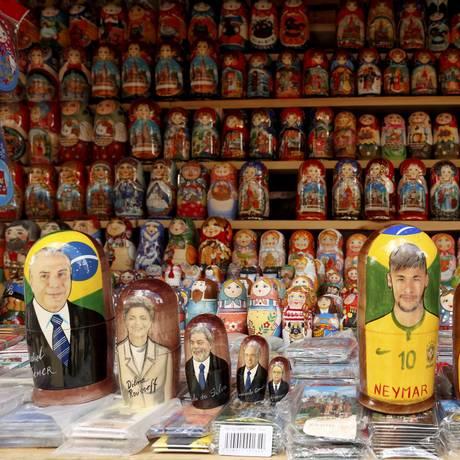 Até dos presidentes do Brasil: além dos jogadores, há matrioscas de Michel Temer, acompanhado dos ex- predidentes do Brasil, no Mercado Izmailovski, em Moscou. Foto: Marcelo Theobald / Agência O Globo