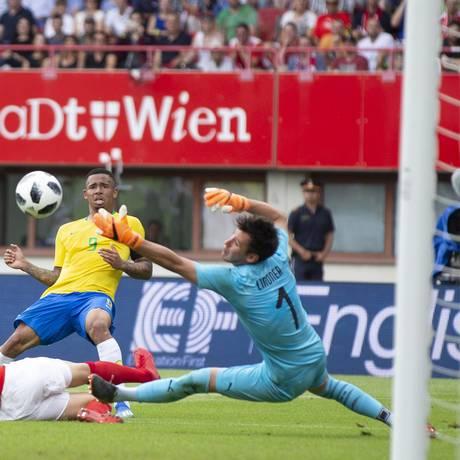 Gabriel Jesus tira o goleiro austríaco do lance e marca para o Brasil, em amistoso, em Viena Foto: Alexandre Cassiano / Agência O Globo
