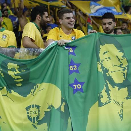 Torcedores brasileiros homenageam grandes craques antes de jogo da Seleção Foto: Edilson Dantas / Agência O Globo