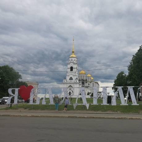 Letreiro escrito, em russo: