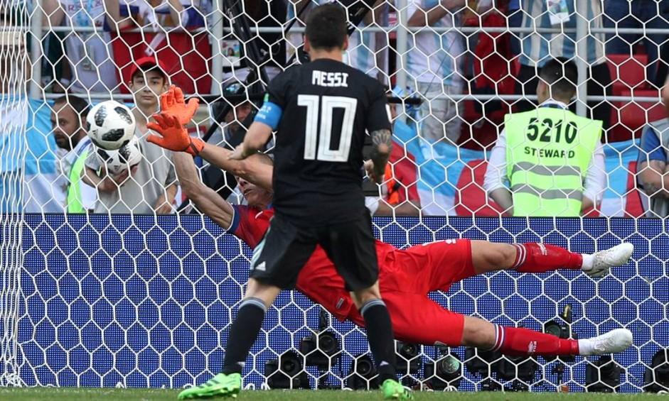 Halldorsson defende cobrança de pênalti batida por Messi Foto: ALBERT GEA / REUTERS