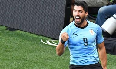 Luís Suárez comemora seu gol na magra vitória do Uruguai contra a Arábia Saudita Foto: JOE KLAMAR / AFP