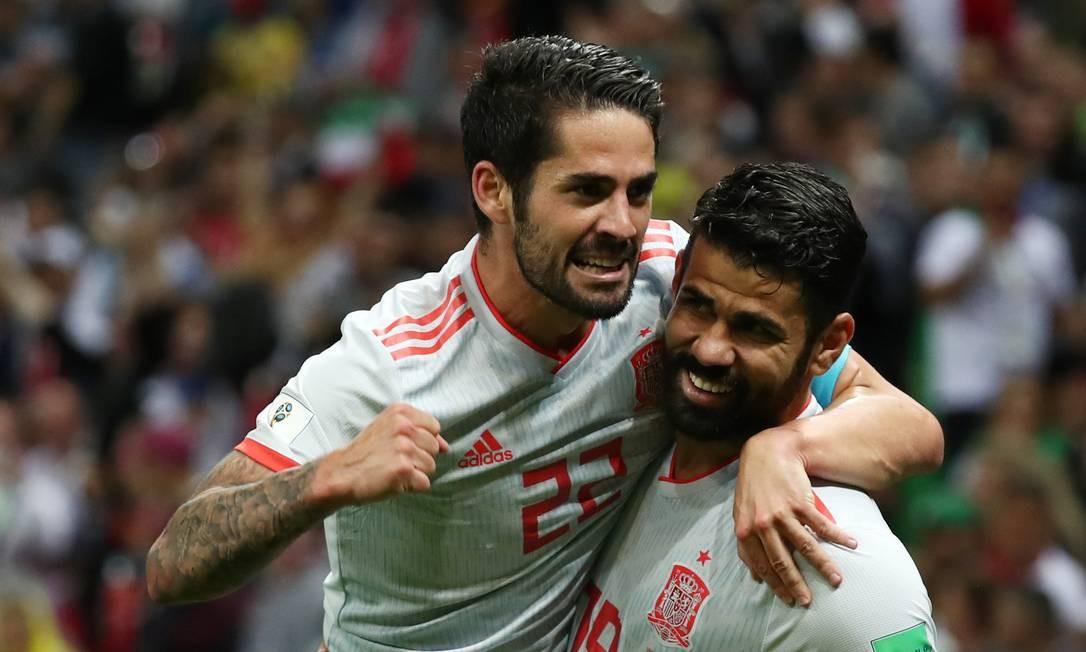 d6050b0179 Diego Costa segura Isco durante a comemoração de seu gol contra o Irã Foto   SERGIO