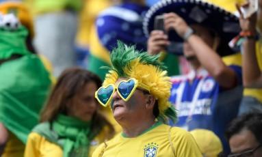 Torcedor aguarda o jogo entre Brasil e Costa Rica em São Petesburgo Foto: GABRIEL BOUYS / AFP