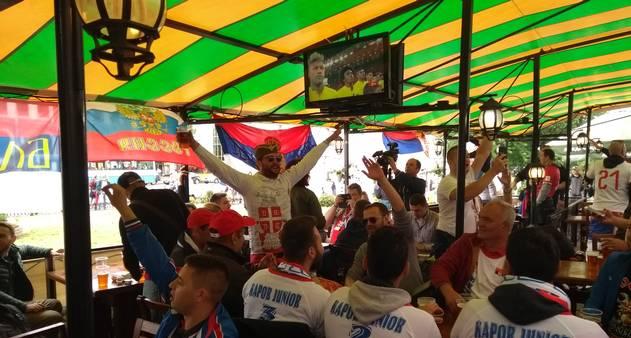 68f05db0a2 Torcedores gritam  Kosovo é Sérvia  antes de enfrentar Suíça - Jornal O  Globo
