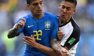 Fagner tenta se desvencilhar da marcação do jogador da Costa Rica Foto: GABRIEL BOUYS / AFP