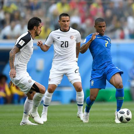 Douglas Costa se machucou durante o segundo tempo da partida contra a Costa Rica Foto: GABRIEL BOUYS / AFP