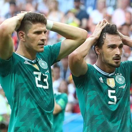 Mario Gómez e Hummels lamentam a elimição da Alemanha Foto: MICHAEL DALDER / REUTERS