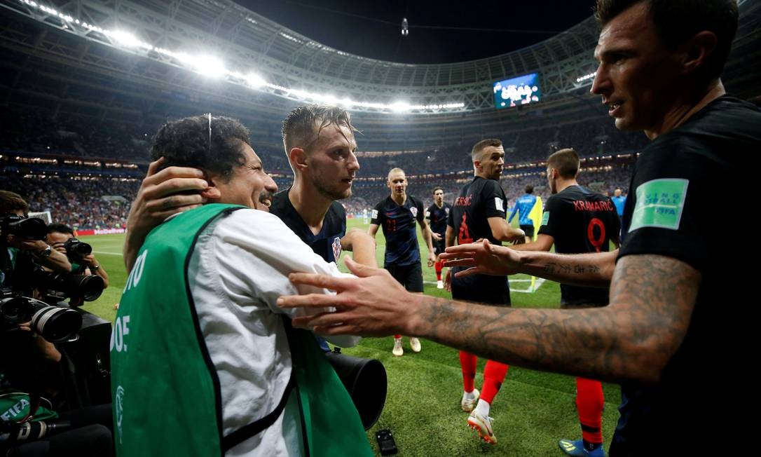Após a euforia, Mandzukic e Rakitic conversaram com o fotógrafo e pediram desculpas pela confusão Foto: CARL RECINE / REUTERS