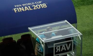 O árbitro argentino Nestor Pitana consulta o VAR durante a final da Copa do Mundo Foto: ADRIAN DENNIS / AFP