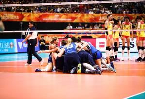 Time da Itália comemora classificação Foto: Divulgação / FIVB