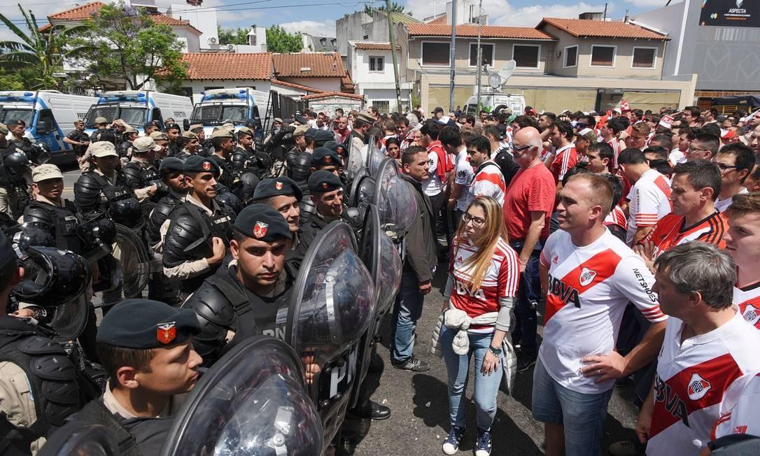 Policiais controlam embate entre torcedores do River Plate e do Boca Juniors Foto: Santiago Viana / AFP