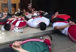 Torcedores do River Plate são detidos e obrigados pela polícia a deitar no chão após ataque ao ônibus que transportava jogadores do Boca Juniors Foto: Ivan Pisarenko / AFP