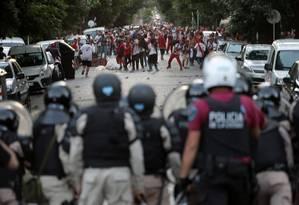 Torcedores do River entram em conflito com a polícia. Foto: Alberto Raggio / Reuters