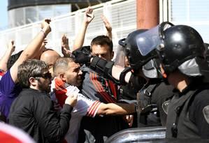 Polícia tenta conter confusão na partida de sábado, entre as duas maiores torcidas da Argentina. Foto: JOSE BRUSCO / AFP