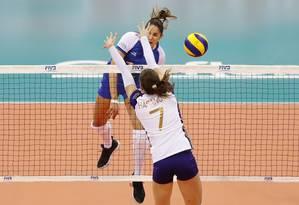 Natália em ação: Minas estreou com dificuldade mas venceu no tie break Foto: Divulgação / FIVB